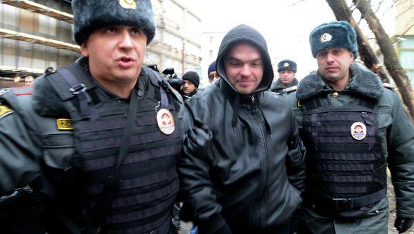 Сотрудники правоохранительных органов задерживают участника акции у Замоскворецкого суда