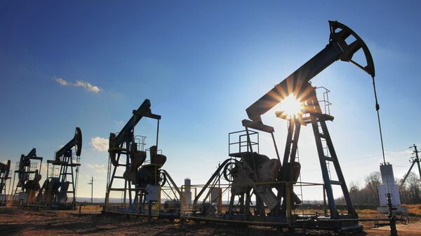 Добыча нефти . Архивное фото