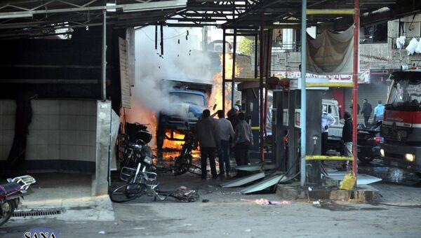 Жители Дамаска на месте взрыва в районе Джарамана