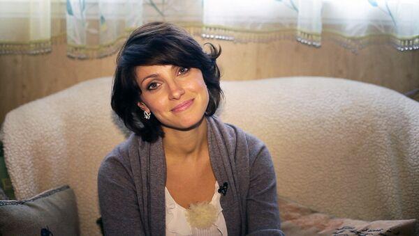 Где живут знаменитости: спальня с окном в ванную Анастасии Макеевой