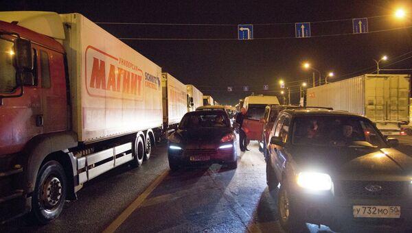 Грузовые автомобили стоят в пробке на трассе М-10 Россия в Тверской области