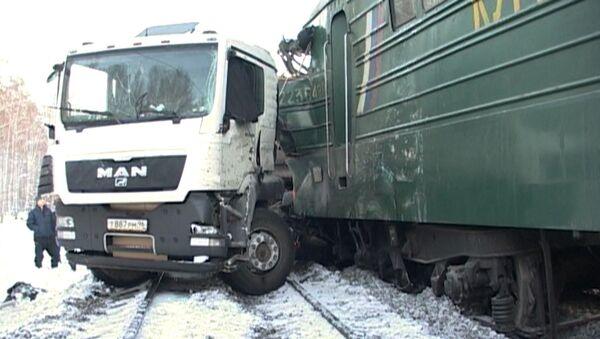 Кадры с места столкновения поезда и грузовика в Свердловской области