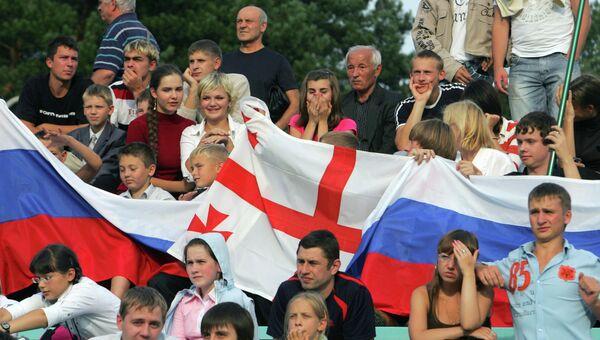 Молодые люди с флагами России и Грузии. Архивное фото