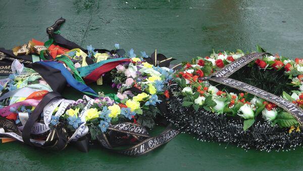Венки на воде в месте гибели платформы Кольская