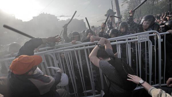 Сотрудники правоохранительных органов оттесняют участников митинга «Марш миллионов» на Болотной площади, 6 мая 2012.