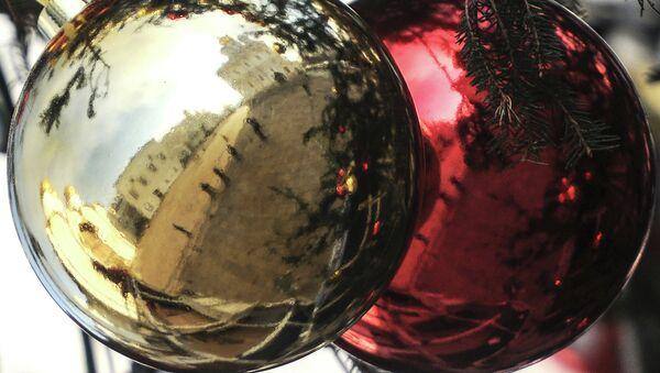 Украшение новогодней елки, архивное фото