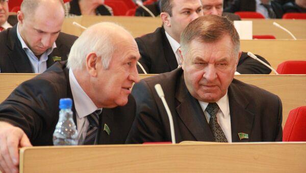 Лидер фракции Единая Россия в Адыгее Владимир Нарожный (справа)
