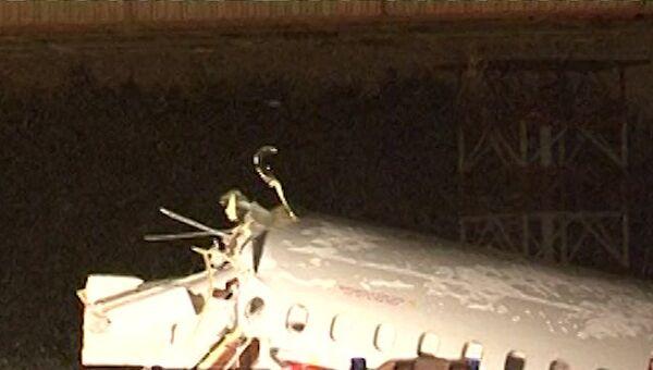 Спасатели работают на месте жесткой посадки самолета Ту-204 во Внуково