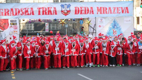 Две тысячи Дедов Морозов пробежали по Белграду для пропаганды здорового образа жизни