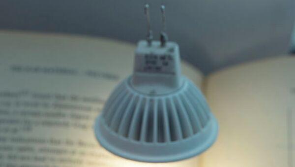 Лампа, подвешенная на электродах из углеродной «нитки»