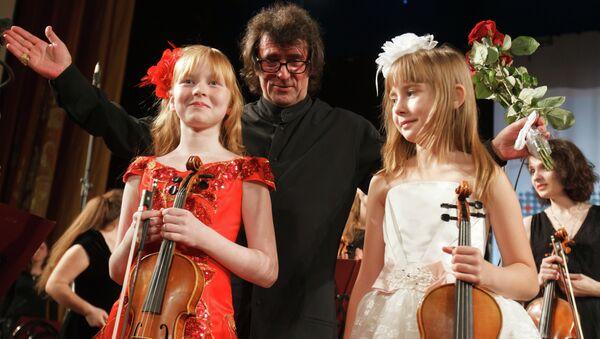 Дирижер Юрий Башмет с участниками Всероссийского юношеского оркестра. Архивное фото