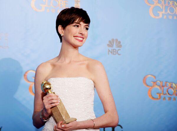Актриса Энн Хэтэуэй на церемонии вручения премии «Золотой глобус»