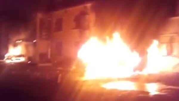 Очевидец снял, как протестующие подожгли машины и отель в Азербайджане
