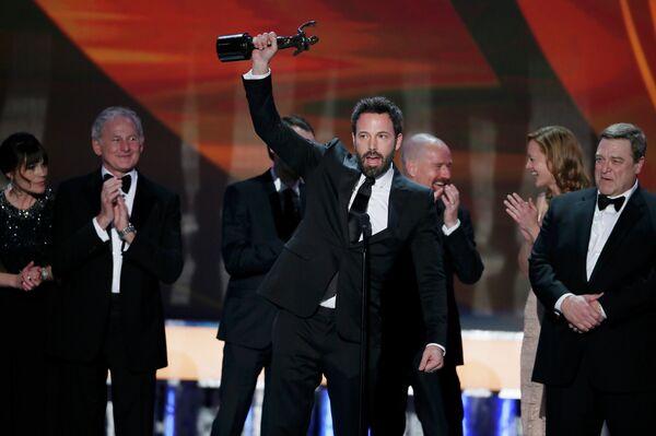 Актер Бен Аффлек (в центре) на 19-ой церемонии вручения премии Гильдии киноактеров США