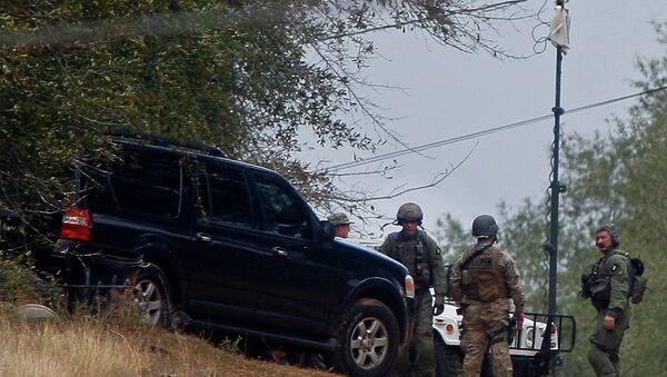 Сотрудники правоохранительных органов держат периметр
