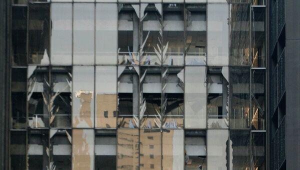 Разбитые окна в здании Pemex в Мехико, где прогремел взрыв