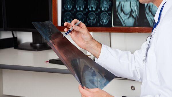 Врач смотрит на рентгеновский снимок