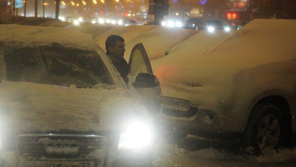 Автомобили, занесенные снегом, на Новинском бульваре во время сильного снегопада в Москве. Архивное фото