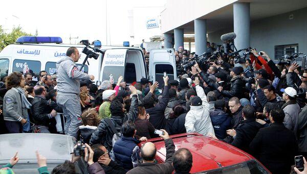Тело Шукри Балаида грузят в машину скорой помощи