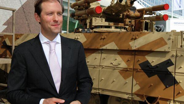 Министр промышленности и торговли РФ Денис Мантуров во время осмотра экспозиции на Международной выставке вооружений IDEX. Архивное фото