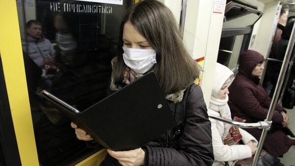 Девушка в защитной маске. Архив