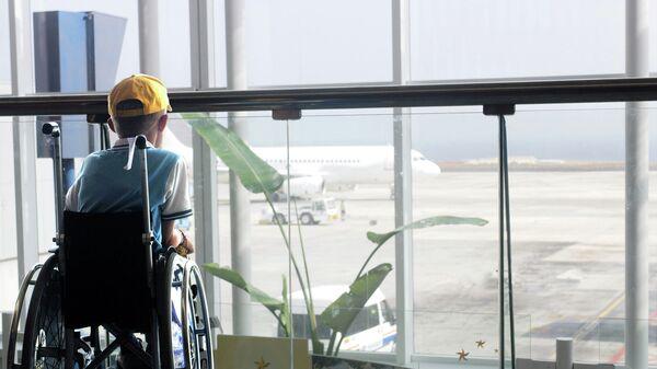Мальчик-инвалид в аэропорту