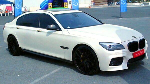Авто с золотыми вставками показали на выставке люксовых машин в Дубае