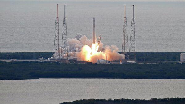 Старт ракеты-носителя Falcon 9 с грузовиком Dragon с мыса Канаверал