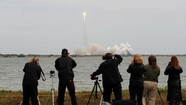 Старт ракеты-носителя Falcon 9 с грузовиком Dragon с мыса Канаверал. Архив