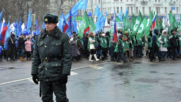 Сотрудник правоохранительных органов во время шествия В защиту детей в Москве