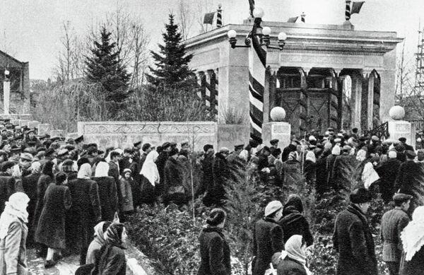 Жители Гори собрались на траурный митинг в момент похорон Иосифа Сталина