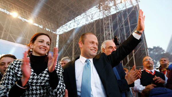 Лидер Лейбористской партии Джозеф Мускат в сопровождении своей жены Мишель после победы на выборах на Мальте