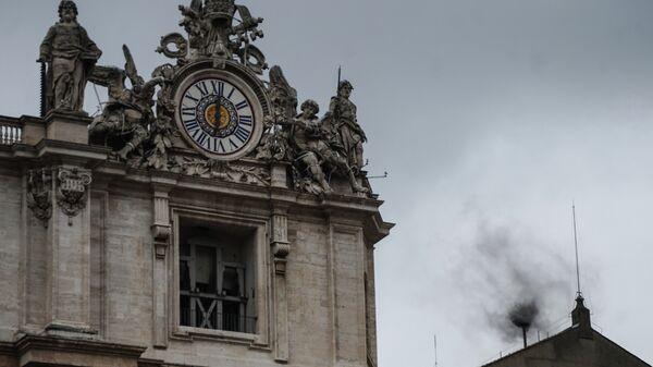 В дни выборов нового папы черный дым из трубы на крыше Сикстинской капеллы в Ватикане означает, что голосование кардиналов завершилось безрезультатно.