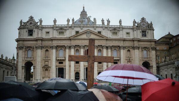 Верующие с крестом на площади у Апостольского дворца в Ватикане