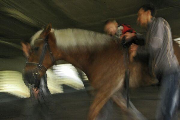 Занятия иппотерапией для детей в Московском конно-спортивном клубе инвалидов
