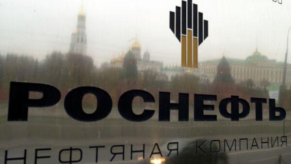 Вывеска у входа в здание нефтегазовой компании Роснефть в Москве.