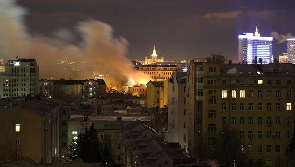 Здание ГИТИС горит в Москве на площади 500 квадратных метров
