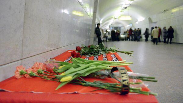 Цветы на станции Лубянка в память о теракте, который произошел 29 марта 2010 года