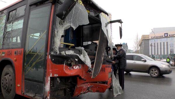 Помятый автобус и снесенная опора освещения – ДТП на остановке в Казани