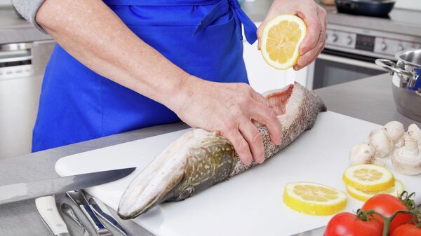 Приготовление рыбы. Архивное фото