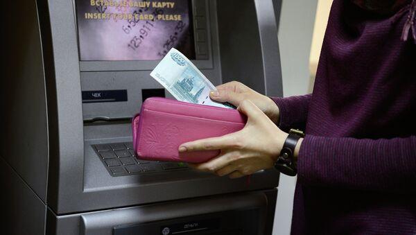 Снятие денег с банковской карты. Архивное фото