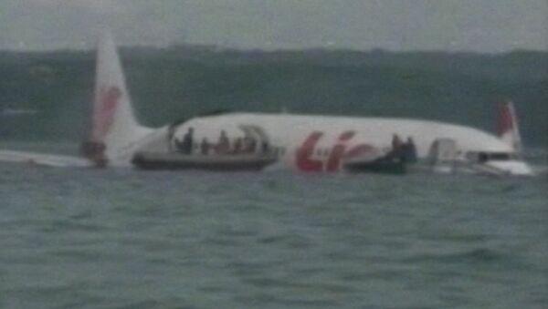 Спасатели на лодках эвакуировали людей из упавшего в море самолета на Бали