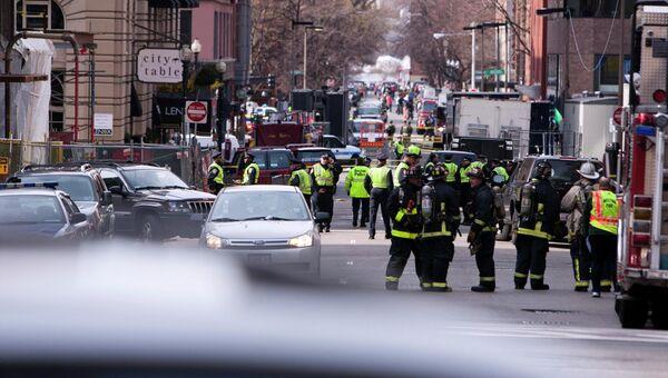 Полиция и пожарные Бостона на месте происшествия после взрыва у финишной линии Бостонского марафона