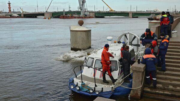 Сотрудники МЧС во время обследования в акватории Невы места затопления буксира РБТ-300