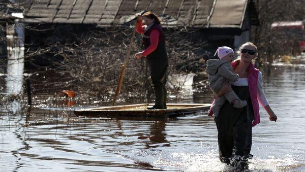Жители города Тосно Ленинградской области на затопленной в результате паводка улице