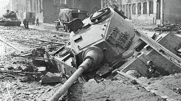 Подбитый немецкий танк на улице Берлина