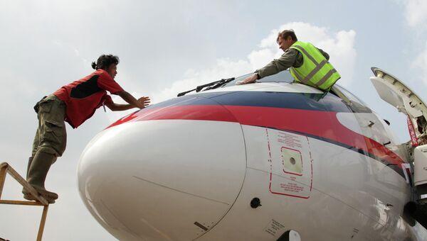 Подготовка к вылету самолёта SSJ-100