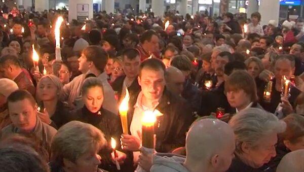 Встретившие Благодатный огонь зажгли свечи прямо в аэропорту Внуково