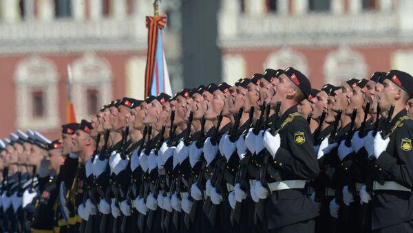 Военнослужащие приветствуют министра обороны РФ Сергея Шойгу во время парада