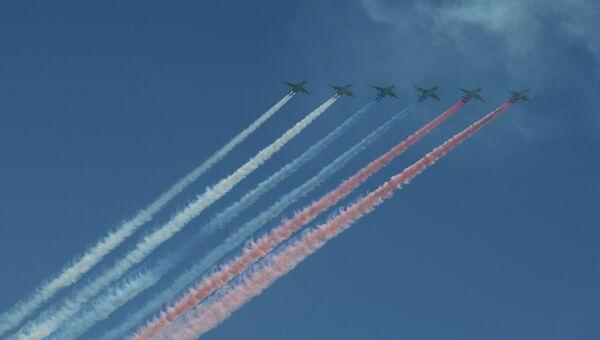 Штурмовики Су-25 БМ пролетают над Красной площадью во время парада